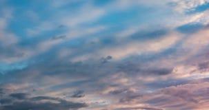 Agrafe de laps de temps des nuages de roulement boucl?s pelucheux gris par temps venteux le soir clips vidéos