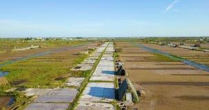 Agrafes aériennes des agriculteurs travaillant aux gisements de sel 24p, 53Mbps, 45s, 285MB banque de vidéos