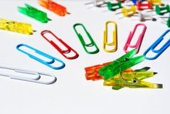 Agrafes colorées Photographie stock libre de droits