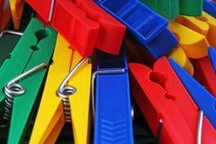 Agrafes colorées de brucelles de forecaps comme fond Pince à linge bleue jaune rouge de clothespeg coloré de pince à linge de pin Photo libre de droits