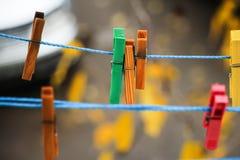Agrafes colorées pour la blanchisserie de lavage Photographie stock libre de droits
