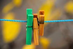 Agrafes colorées pour la blanchisserie de lavage Photos libres de droits