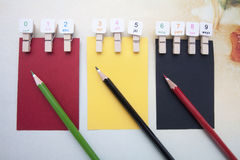Agrafes en bois, notes collantes et crayons de couleur Image stock