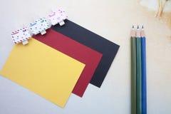 Agrafes en bois, notes collantes et crayons de couleur Photographie stock