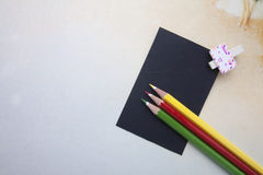 Agrafes en bois, notes collantes et crayons de couleur Photo libre de droits