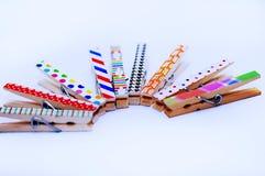 Agrafes en bois pour goupiller des photos et plus photographie stock libre de droits