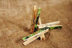 Agrafes en bois pour goupiller des photos et plus image libre de droits