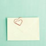 Agrafes et enveloppe en forme de coeur Image stock