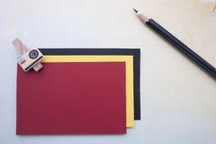 Agrafes et stickynote et crayon en bois Photos stock