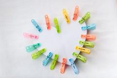 Agrafes multicolores de forme de coeur sur le fond blanc Image libre de droits