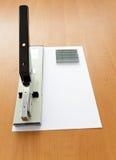 Agrafeuse et agrafes avec le papier Photos stock