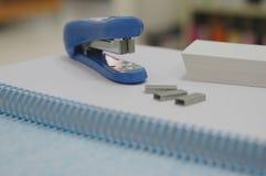 Agrafeuse et agrafes bleues image libre de droits