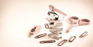 Agrafeuse rose avec des accessoires de bureau Image stock