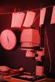 Agrandisseur de photo dans une chambre noire photos libres de droits