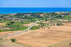 Agrarni pola i wioska blisko Agrigento miasteczka Zdjęcia Royalty Free