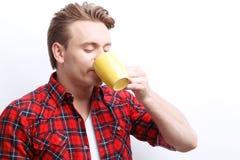 Agreable facet pije herbaty Zdjęcia Stock