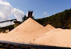 Agregado de la mina con la banda transportadora Sector de la construcción Foto horizontal Fotografía de archivo libre de regalías