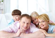 Agregado familiar com quatro membros imagem de stock royalty free
