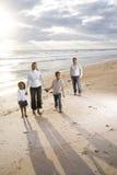 Agregado familiar com quatro membros feliz do African-American na praia imagem de stock