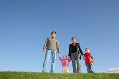 Agregado familiar com quatro membros na grama fotos de stock