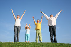Agregado familiar com quatro membros na grama Imagem de Stock