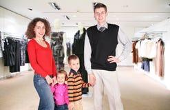 Agregado familiar com quatro membros na loja imagem de stock royalty free