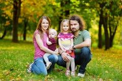 Agregado familiar com quatro membros no outono fotos de stock