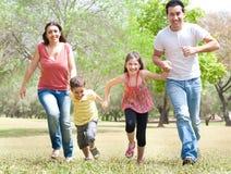 Agregado familiar com quatro membros no parque fotos de stock