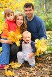 Agregado familiar com quatro membros no parque do outono imagem de stock royalty free