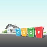 Agregado familiar que recicla os escaninhos Waste fora de uma casa Imagens de Stock
