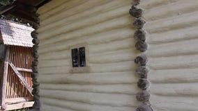 Agregado familiar romeno - casa de madeira video estoque