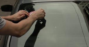 Agregados del conductor un kmph de la muestra 70 en la ventana de su coche almacen de video