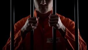 Agressieve beoordeelde de gevangenisbars van de medebewonerholding, oneerlijk, het beroep van de hofzin stock foto's