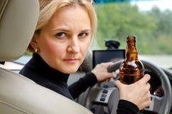 Agressieve gedronken vrouwenbestuurder royalty-vrije stock foto's