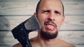 Agressieve maniak met een bijl stock video