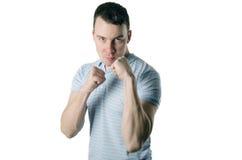 Agressieve mens die zijn vuisten op een witte achtergrond tonen royalty-vrije stock foto's
