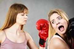 Agressieve vrouwen die het in dozen doen met wijfje bestrijden Stock Afbeeldingen
