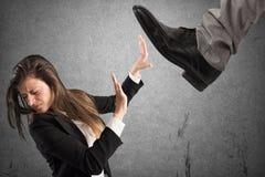 Agressieve werkgever Het concept van Mobbing stock foto