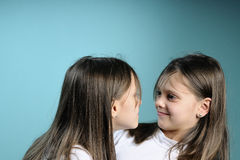 Agressive twin sisters in conflict Royalty Free Stock Photos