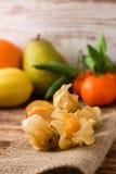 Agrestowa owoc na jutowym płótnie z innymi owoc w background2 Fotografia Stock