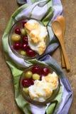 Agrestowy deser z bezą Zdjęcie Royalty Free