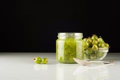 Agrestowy smoothie w słoju na białym stole Fotografia Stock