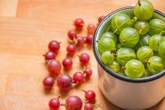 Agresty w filiżance Agrest świeże jagody czerwień zielony agrest na drewnianym tle Różny domowej roboty lato Fotografia Stock