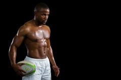 Agresywna bez koszuli atlety mienia rugby piłka Zdjęcia Royalty Free