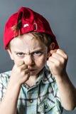 Agresywna chłopiec z pięściami w pierwszoplanowym działaniu jak mały łobuz Obraz Royalty Free