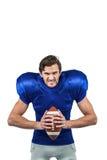 Agresywna futbolu amerykańskiego gracza mienia piłka Obrazy Stock