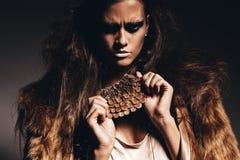 Agresywna gorąca kobieta w futerkowym żakiecie Fotografia Stock