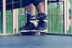 Agresywna inline łyżwiarka w skatepark Obrazy Stock
