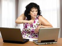 Agresywna kobieta przed laptopami Obraz Royalty Free