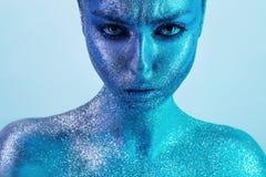Agresywna kobieta w błękitnej farbie z błyskotliwość Obrazy Stock